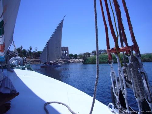 Navegando en la faluca o velero del Nilo