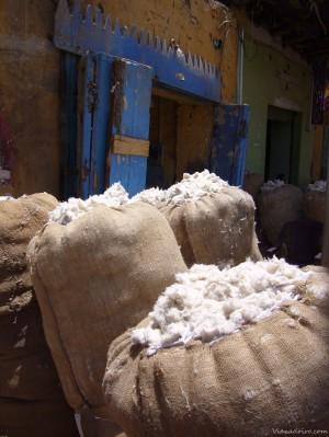 Fardos de algodón en las calles de Esna