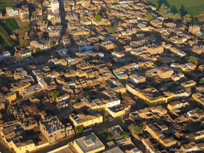 Sobrevolando viviendas en Luxor