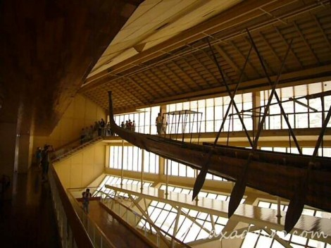 Barca solar en el museo construido expresamente para su exhibición.