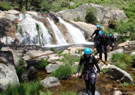 Paso a paso avanzando por el río Papuos tras dejarnos caer por los toboganes de piedra