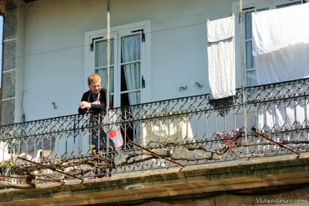 Mujer ribadaviense en un balcón de casco histórico