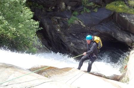 Barranquismo en la garganta de Papuos: Jorge demostrando su estilo de descenso en el primer rápel