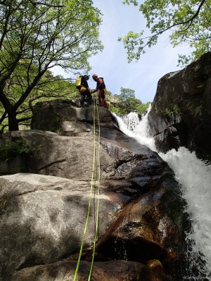 Inicio del rapel en una de las muchas cascadas de la garganta de los Papuos