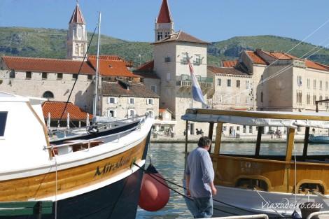 Vista de la ciudad medieval de Trogir desde el muelle (Croacia)